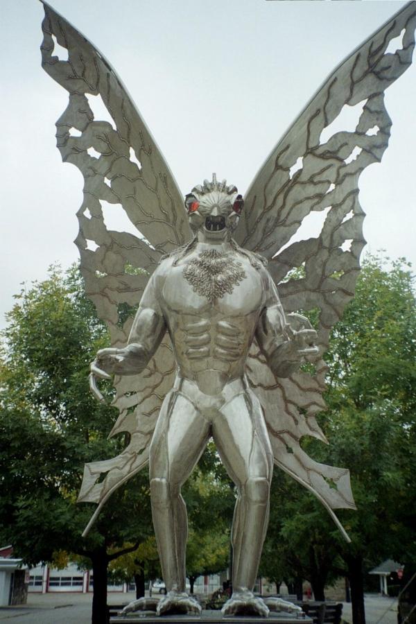 Mothman_statue_2005.jpg